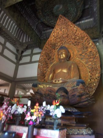 Byodo-In Temple: Buddha inside