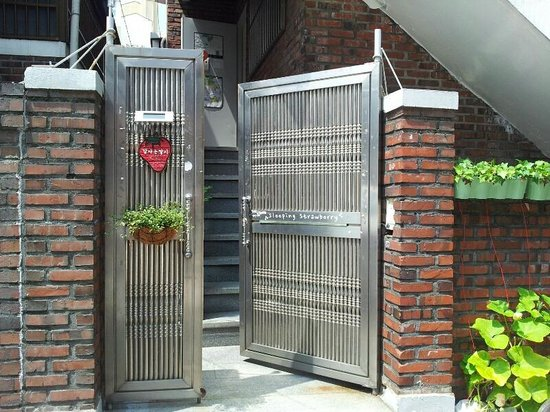 Sleeping Strawberry Guesthouse: gate