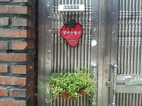 Sleeping Strawberry Guesthouse : nameplate