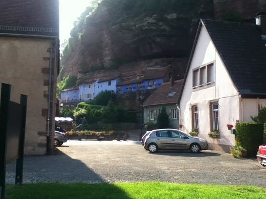 Hotel Restaurant Au Vieux Moulin : blue houses in the rocks - Graufthal
