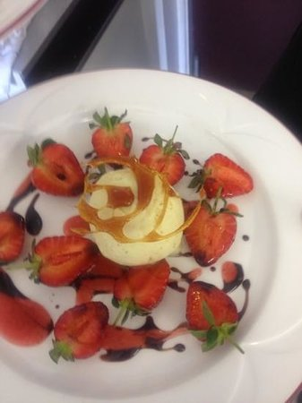 The Horse and Groom: strawberrys , balsamic & home made green peppercorn icecream!!