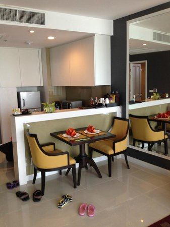 Anantara Baan Rajprasong Serviced Suites: open kitchen