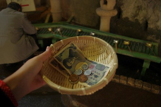 Ugafuku Shrine ( Goddess of Money Washing): washing my money.