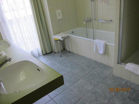 Hotel Steffani: huge bathroom.