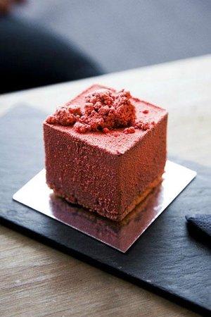 Strangas Dessert Boutique Copenhagen: Strangas Pure Strawberry cake - dark chocolate crema with strawberry