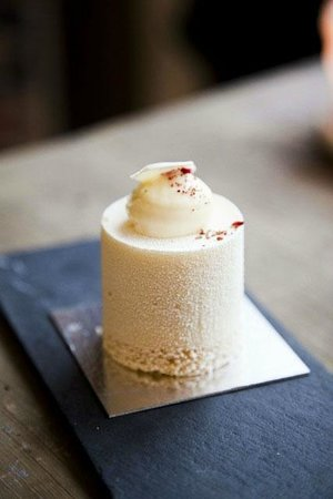 Strangas Dessert Boutique Copenhagen: Strangas White Dream - with chocolate creme with raspberry and lemon