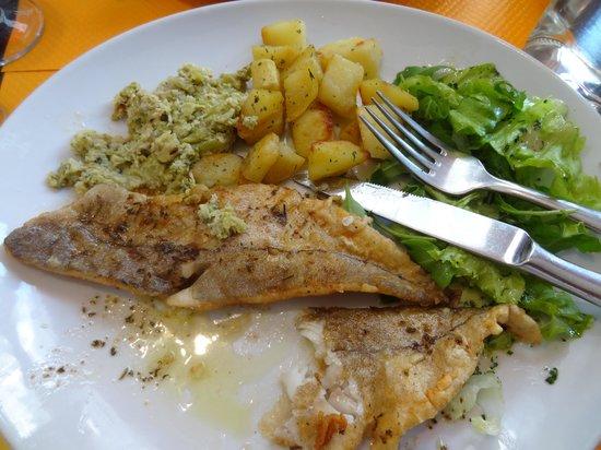 Oustaou Cafe: Белая рыба с гарниром