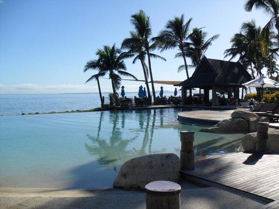 Sheraton Fiji Resort: Pool with swim up bar