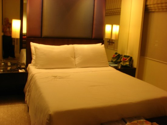 The Grand Luang Prabang Hotel & Resort: Very inviting and comfortable room & bed