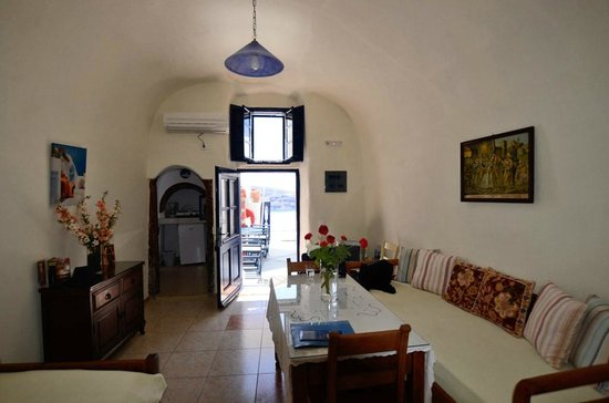 Fotinos Houses: Cave house / lving room