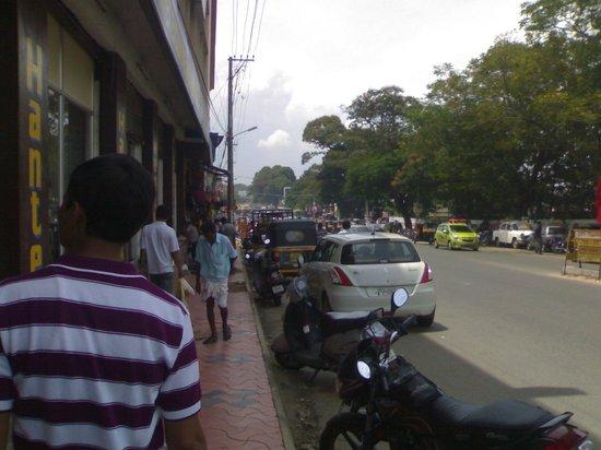 كيه تي دي سي شايثرام تريفاندروم: Road in front of the hotel