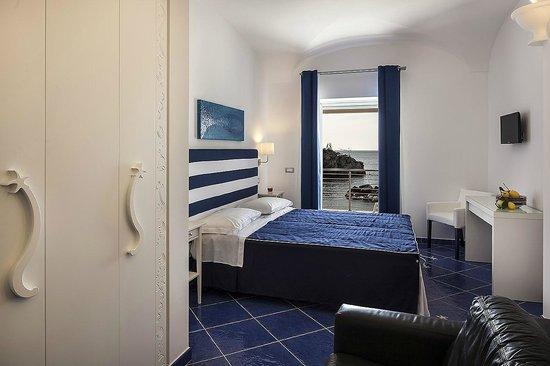 Camera da letto luxury vista mare foto di ischia blu - Camera letto mare ...