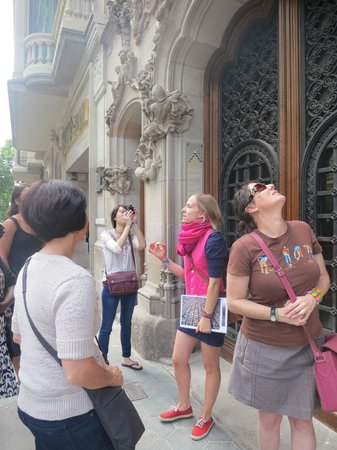 Discover Walks Barcelona: Our guide Alex with her pink jacket