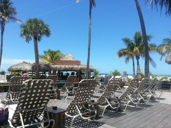 Outrigger Beach Resort: Wooden deck, sun chais and Tiki bar