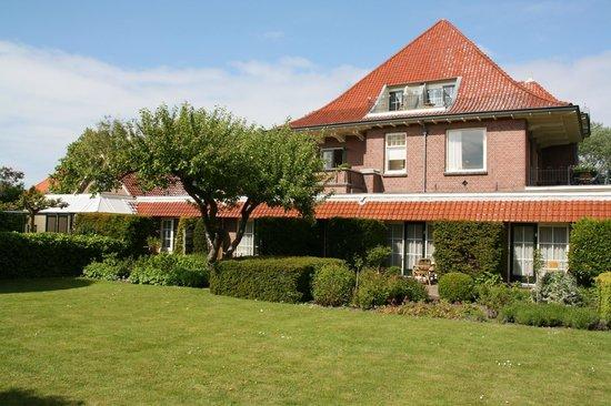 Villa Magnolia: Hausansicht vom Garten her