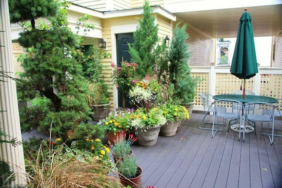 Mary Prentiss Inn: The 1st floor patio just ouside the rooms in addition in back