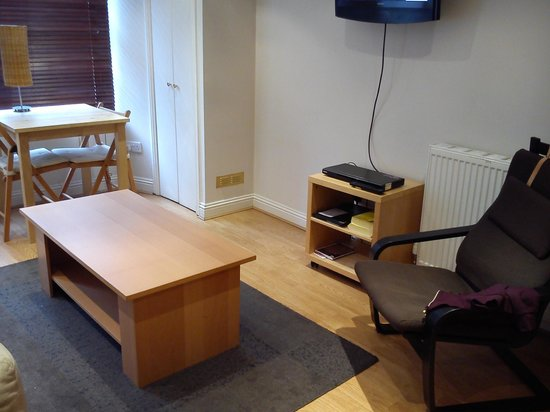 Destination Edinburgh Southside Apartments: Living room