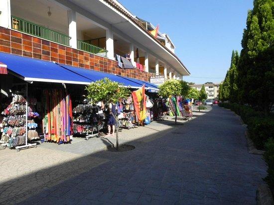 Hotel Canyamel Classic: Via centrale con una ventina di negozi