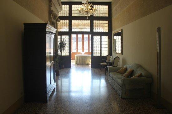 Hotel Palazzo Vitturi: 2nd floor lobby to balcony.