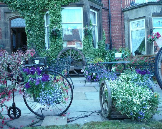West Royd Bed and Breakfast: All the summer flowers in bloom
