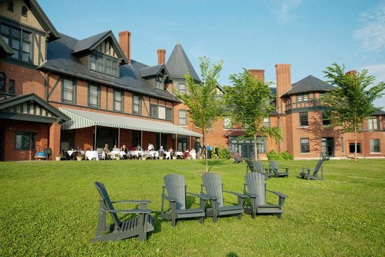 Inn at Shelburne Farms: Inn patio dining and expansive lawns overlooking Lake Champlain