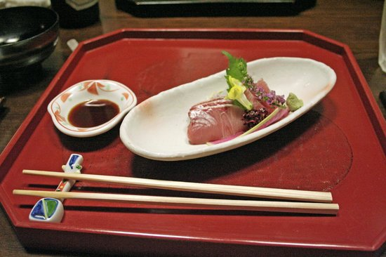 Kikko: Slices of slightly grilled Bonito in Sashimi style