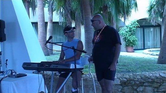 Baia degli Dei - Beach Resort&Spa: Con il pianobar-man Francesco (a destra)