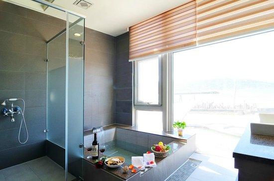 JinShan Sakura Bay Spring Resort : 室內泡湯池