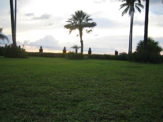 Khaolak Orchid Beach Resort: Zonsondergang vanaf de strandstoel