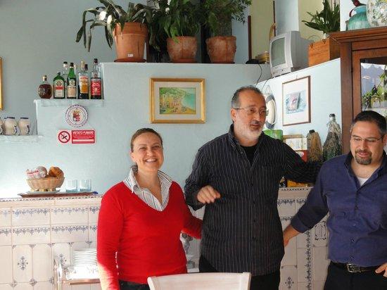 Villa San Michele: Restaurant mit den Hotelbesitzern (auch Köchin) und Antonio