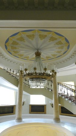 Park-Hotel Morozovka: Grand Staircase and Chandelier