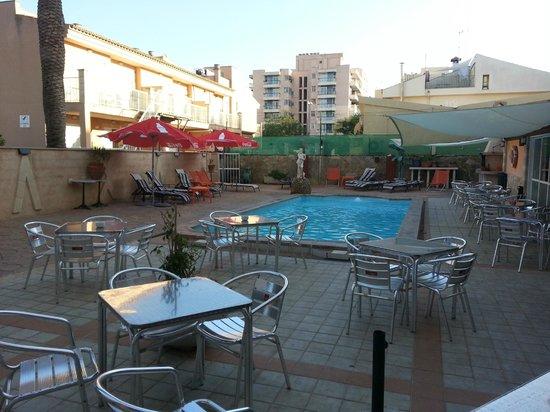Hotel Raxa: la piscina, parece que esta bien, pero pilla a distancia de la habitacion e ir en traje debano d