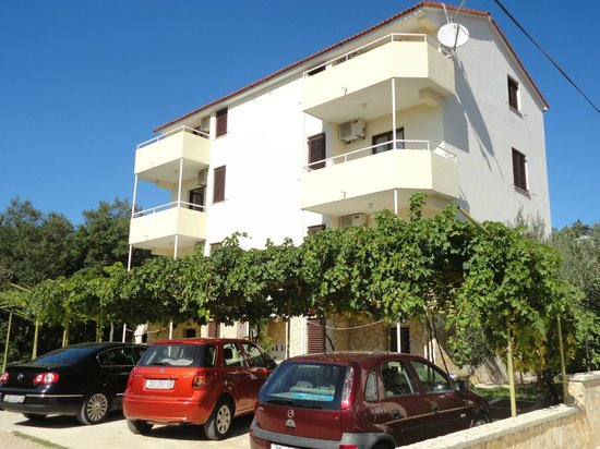 Apartments Parac: Free parking space in front of the house