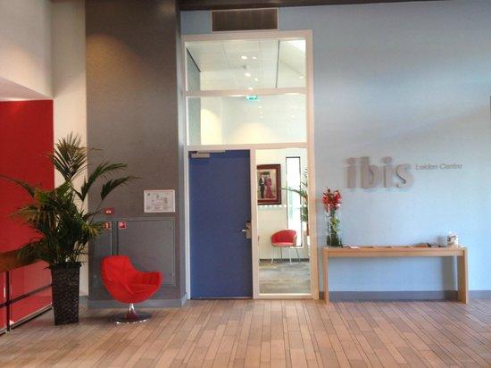 Ibis Leiden Centre: Entrance