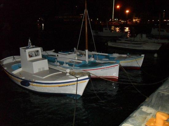 Aeolos Bay Hotel: Onderweg van de stad naar het hotel, mooie kleine Griekse bootjes in het schemerdonker