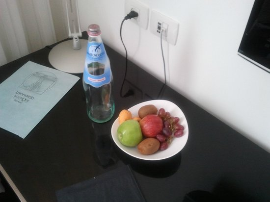 Leonardo Boutique Hotel Tel Aviv: Complimentary water and fruit for Leonardo advantage club program
