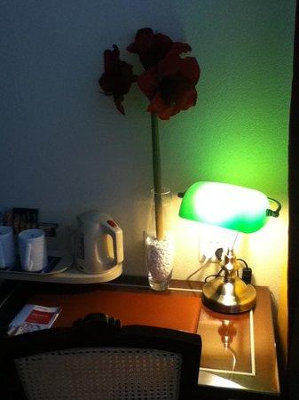 Hotel Aux Remparts: desk
