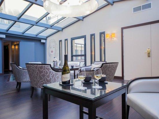 Best Western Plus Cannes Riviera & Spa: Fancy a glass of white wine?