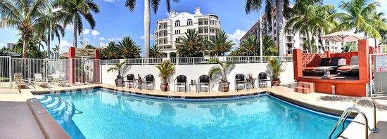 Sunshine Shores Resort: Pool side