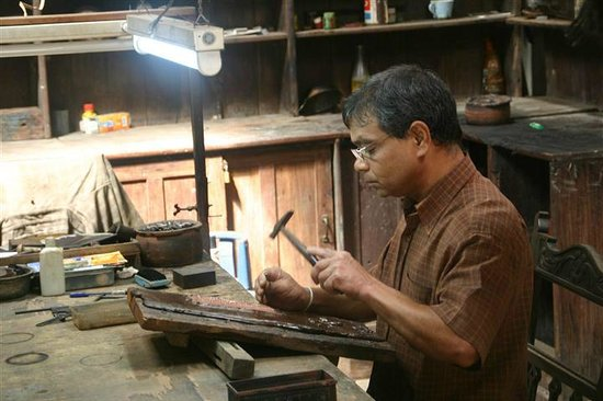 Kandy Samadhi Centre: Craftsman working a copper plate