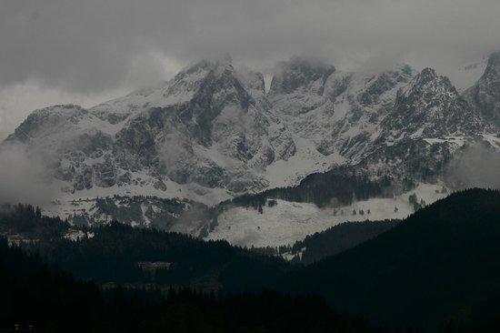 Hotel ...mein Neubergerhof : the Dachstein-Gebirge, it snowed while I was visiting