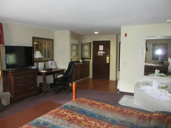 Saratoga Inn & Suites: Room