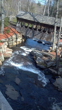 1761 Old Mill Restaurant: One of the many waterfalls and covered bridges.....