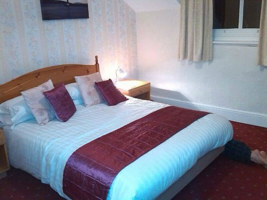Swn Y Mor Hotel: ROOM 9 - unexpected lovely colours - nevermind the feet :)