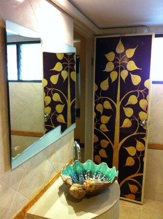 Noble Place Hotel: decorative bathroom