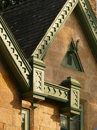 The Livingston Inn: Detail of lake facade