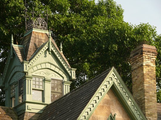 The Livingston Inn: Roofline