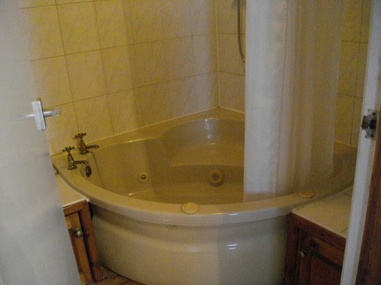 Virginia Cottage Guest House: Spa bath
