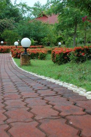 Mai Siam Resort: Walkway