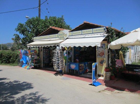Denny's Inn Hotel: Anna's Kiosk, a couple of minutes away, for cheaper drinks